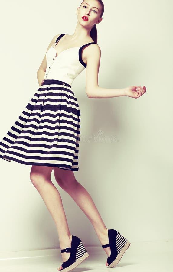 女性。60s时尚样式。相当减速火箭的短的礼服的时髦的妇女 免版税库存照片