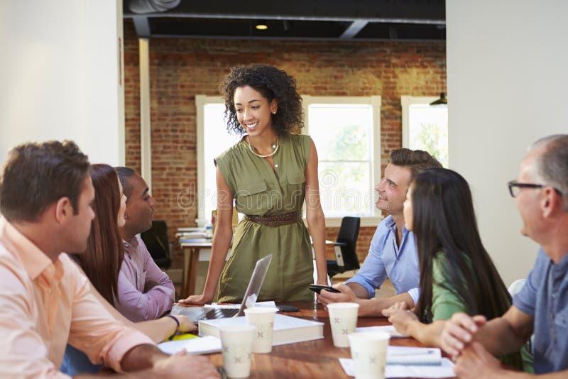 女性上司对办公室工作者演讲在会议上 库存照片