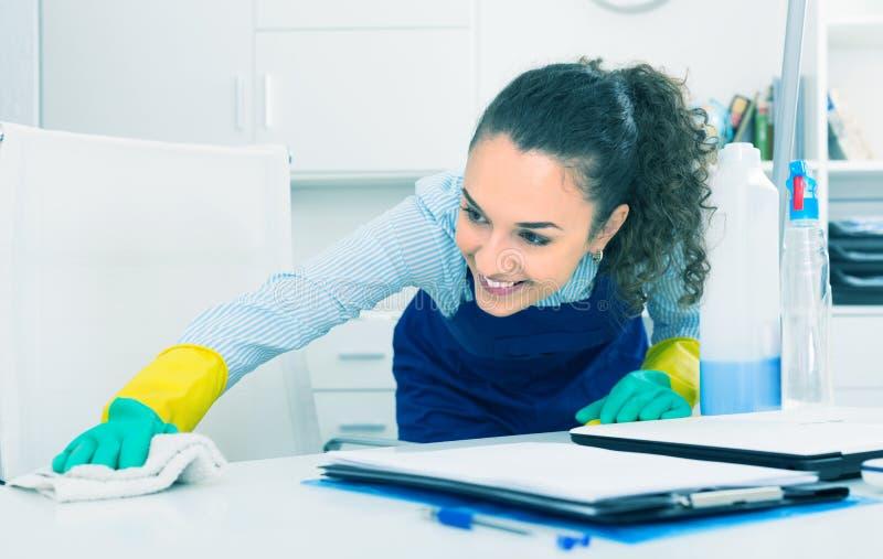 女性专业擦净剂在办公室 库存照片