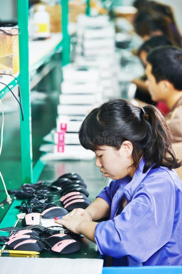 女性中国工作者在工厂 免版税库存图片