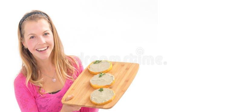 女性举行的未加工的素食主义者健康食品 未加工的素食主义者南瓜 未加工的食物概念 免版税图库摄影