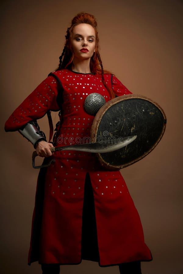女性争论者战士正面图装甲的 免版税库存照片