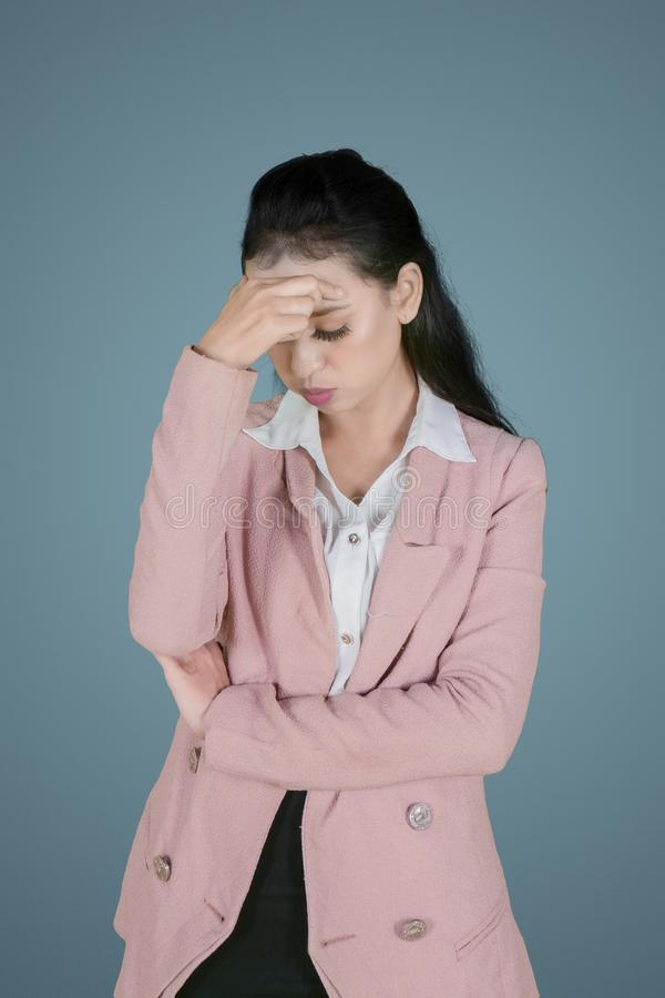 女性企业家看起来紧张在演播室 库存图片