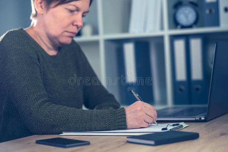 女性企业家签署的企业合同约定 库存图片