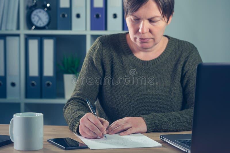 女性企业家签署的企业合同约定 库存照片