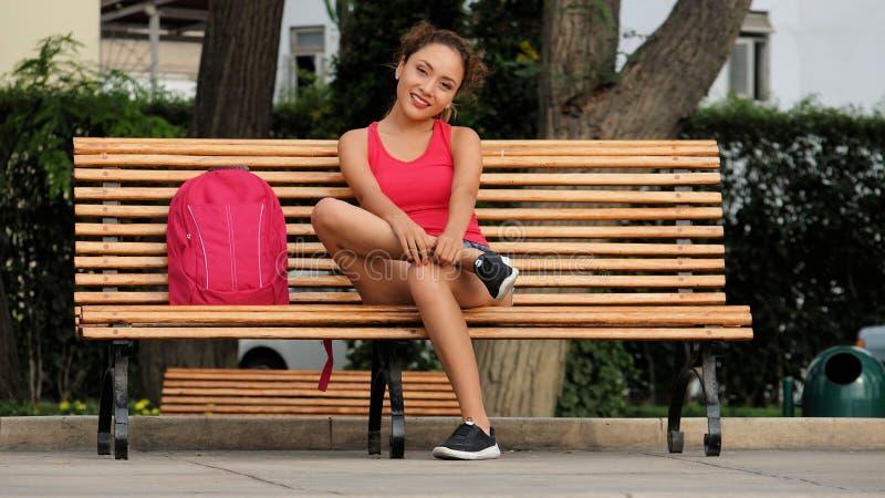 女性休息的年轻人 免版税库存图片