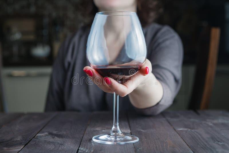 女性作为酒杯 库存图片