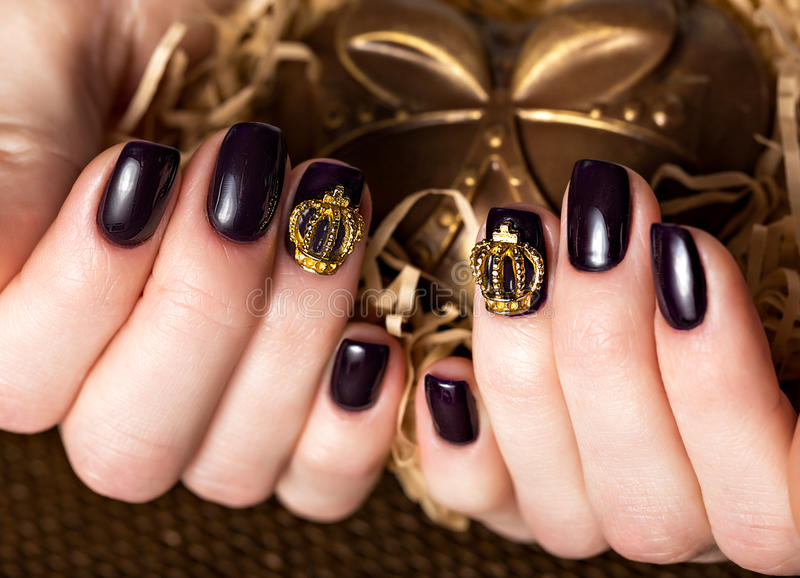 黑女性修指甲钉牢与冠的特写镜头 免版税库存照片