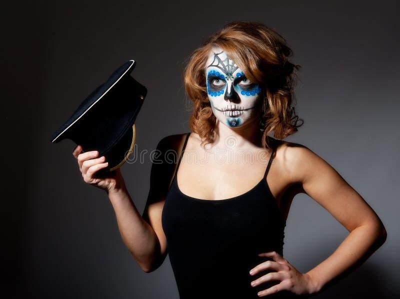女性做俏丽的头骨加糖年轻人 免版税库存图片