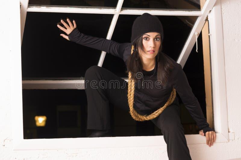 女性入侵者通过开窗口窃贼漫游者溜进来 库存照片
