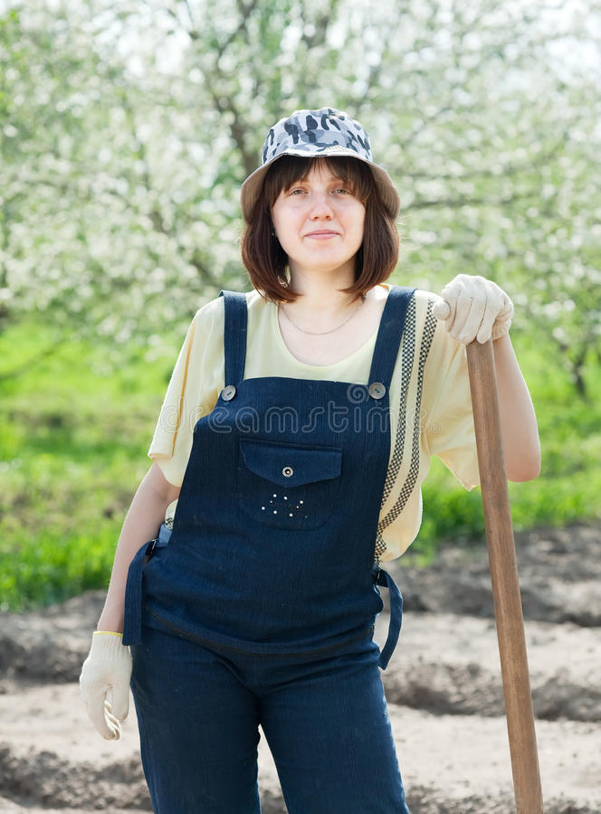 女性农夫在春天 免版税图库摄影