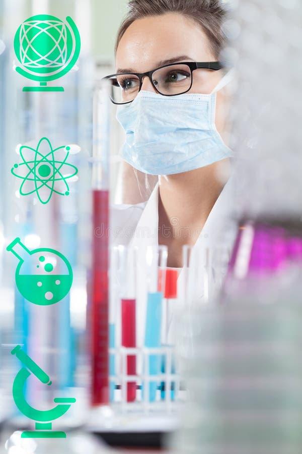 女性化学家在实验室 库存图片