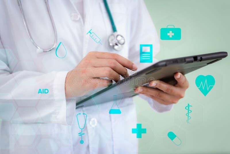 女性医学医生特写镜头为与医疗保健和医疗象的物理耐心考试使用片剂 医院和 库存照片