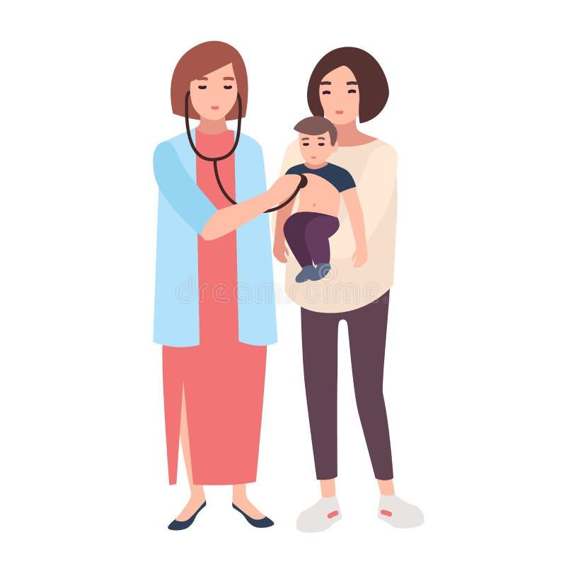 女性医生、听与他的妈妈扣押的小男孩听诊器沉重的医疗顾问或者儿科医生  皇族释放例证