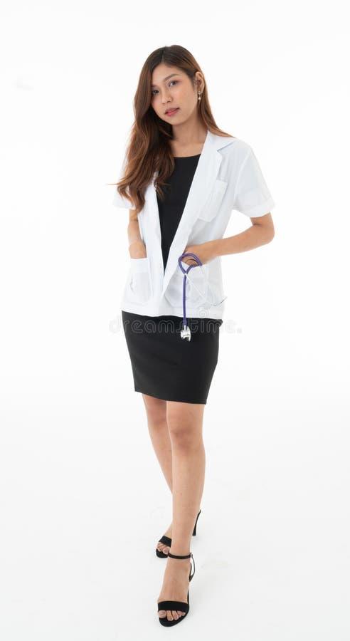 女性医生站立了摆在与在口袋的一sthethoscope 免版税图库摄影