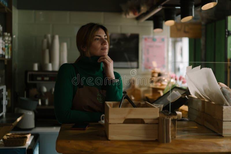 女性卖主在面包店 免版税库存图片