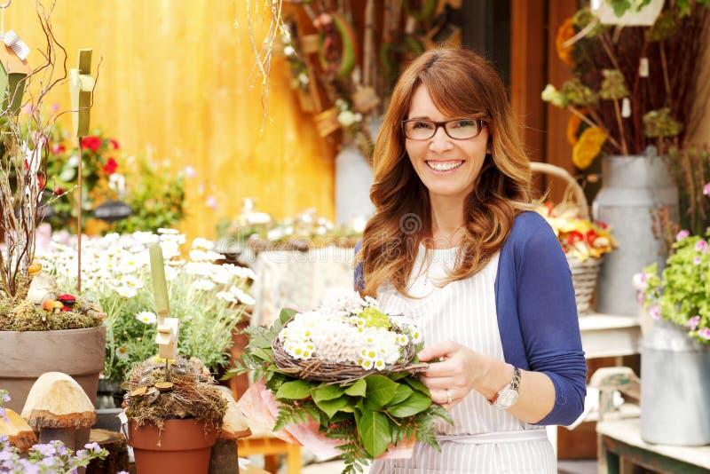 女性卖花人小企业花店所有者 免版税图库摄影