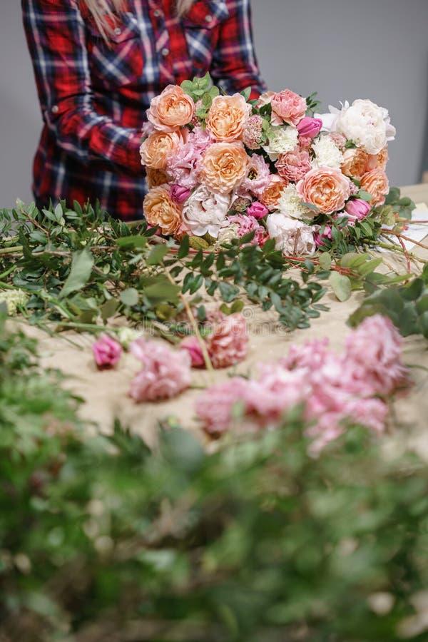 女性卖花人花卉车间-做美好的花构成花束的妇女 Floristry概念 库存图片