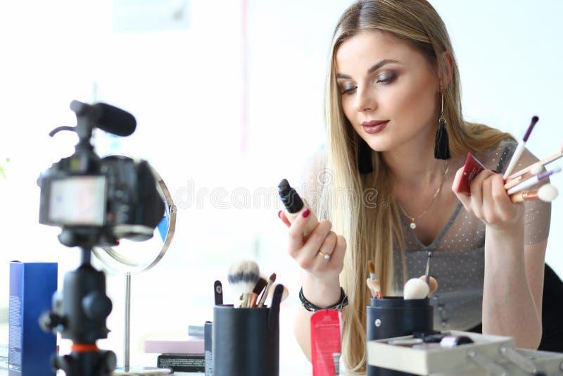女性博客作者构成秀丽Vlog创作者工作 免版税图库摄影