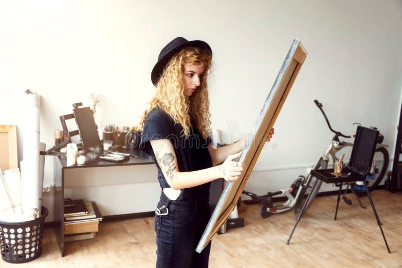 女性卷曲艺术家举行帆布 免版税库存图片
