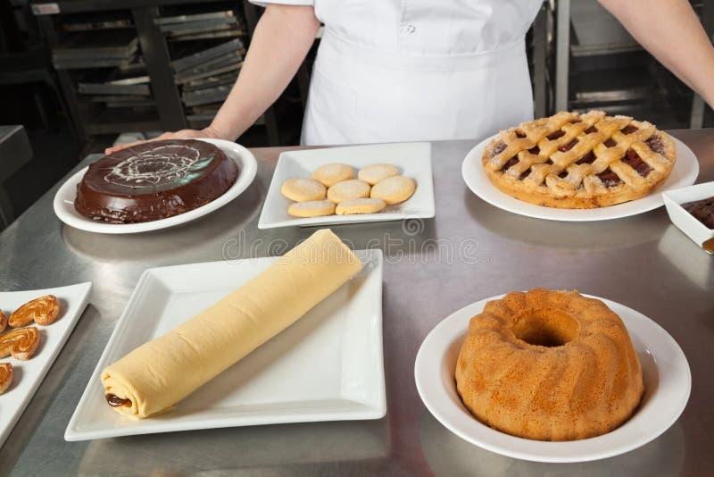 女性厨师以甜盘品种  库存图片