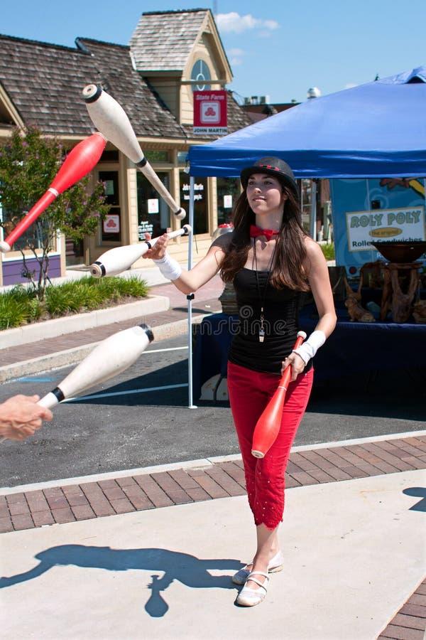 女性变戏法者执行在夏天节日 免版税图库摄影
