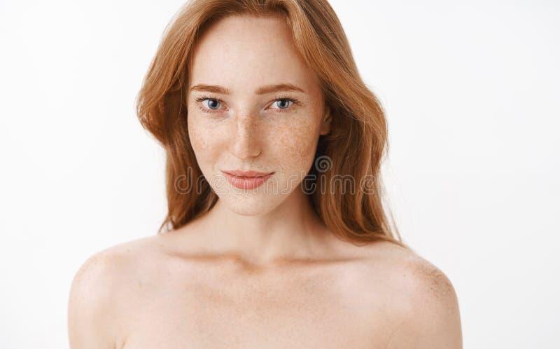 女性可爱的成人和亭亭玉立的红头发人女性与雀斑和自然姜头发身分赤裸在白色 免版税图库摄影