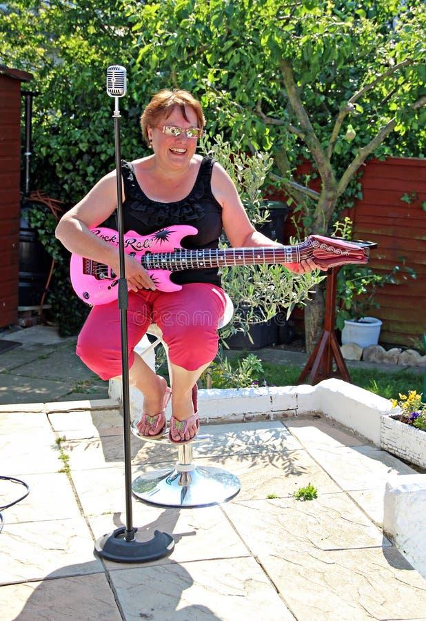 女性吉他弹奏者歌唱家 库存图片