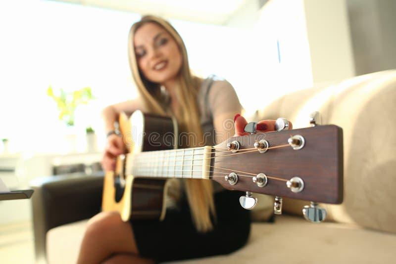 女性吉他弹奏者表现音乐教师工作 库存照片