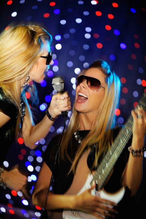 女性吉他演奏员歌唱家 库存图片