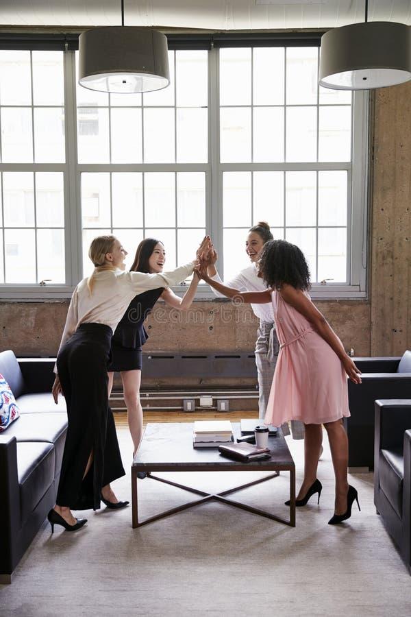 女性同事高五在一次偶然会议上,垂直 库存照片