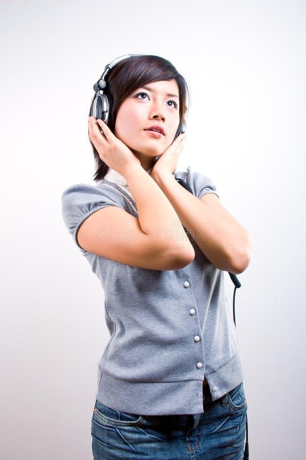 女性听的音乐年轻人 免版税图库摄影