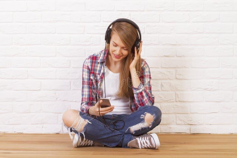 女性听的音乐 免版税库存照片