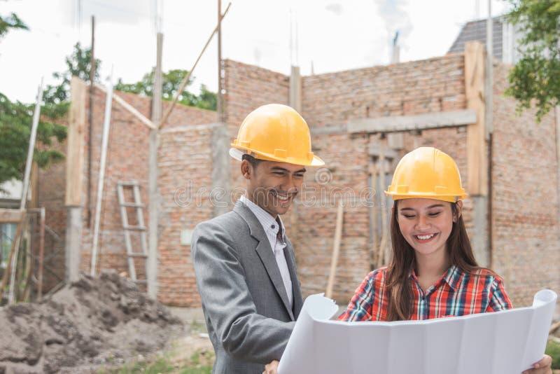 女性和男性房屋建设设计师 免版税库存照片