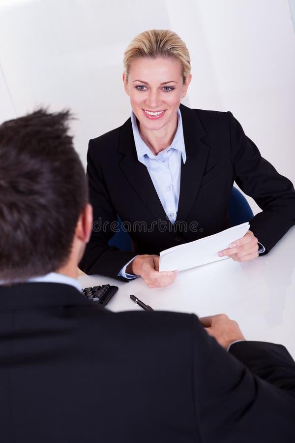 女性商业主管微笑 免版税图库摄影