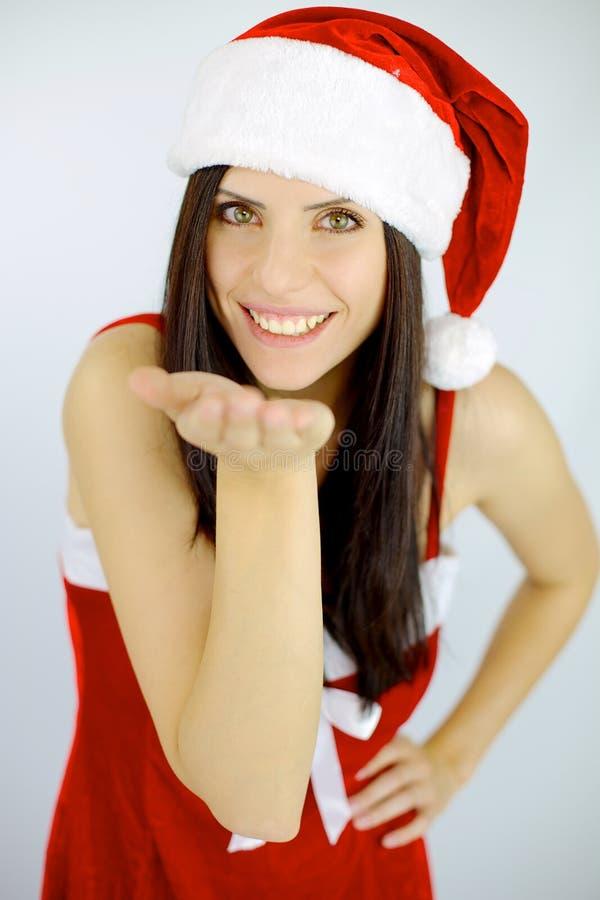 女性圣诞老人用礼物的手 免版税库存照片