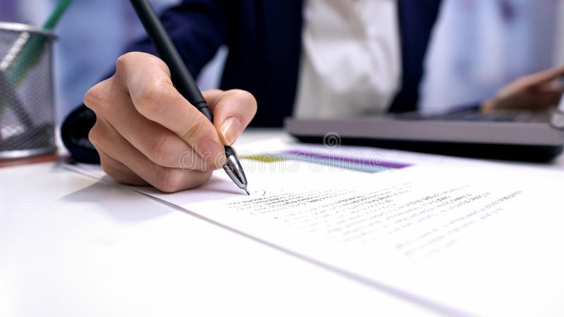女性在办公室桌上的主任签署的文件,公司协议,事务 库存图片