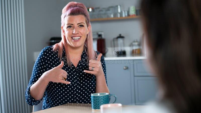 女性在家用手语交谈的特写 库存图片