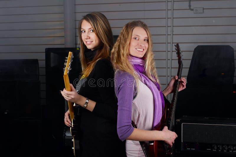 女性在岩石吉他使用 免版税库存照片