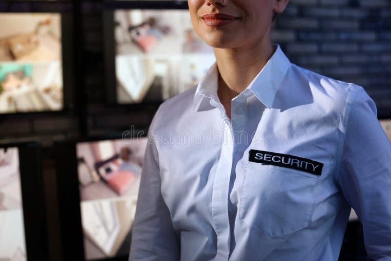 女性在工作场所的保安佩带的制服 免版税库存图片