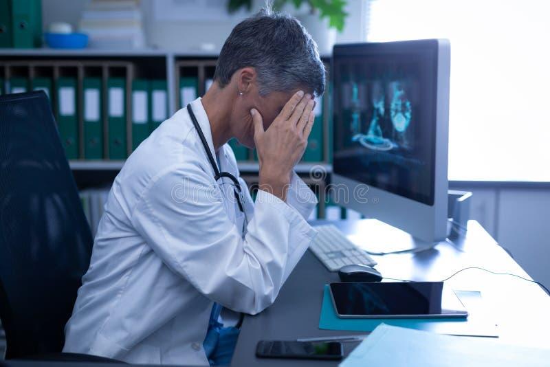 女性在诊所的医生坐的翻倒在医院 免版税库存照片