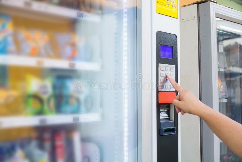 女性在Mo手按按钮做交易编码或数字 免版税库存照片