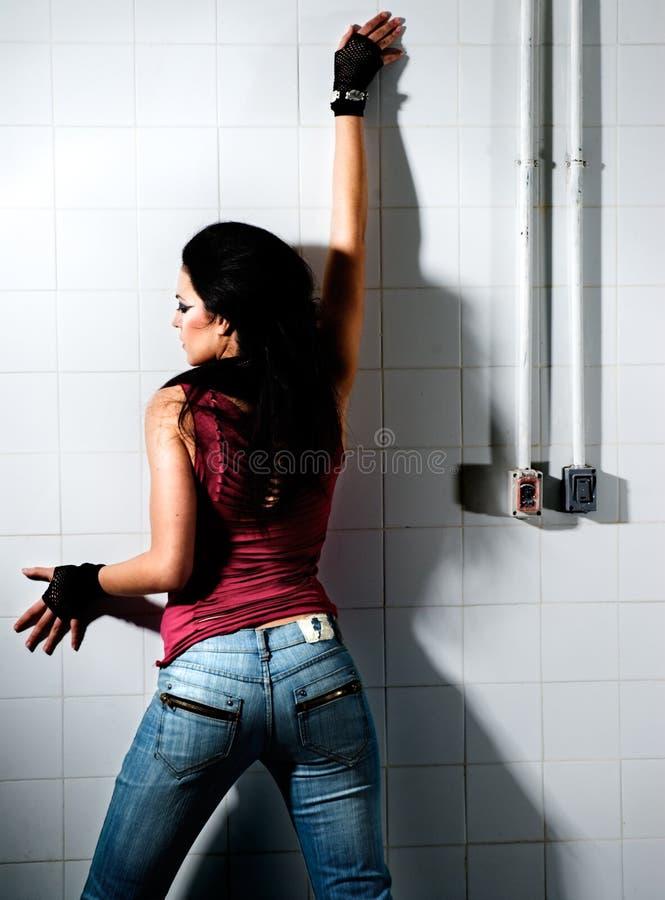 女性坚硬摆在 免版税库存图片