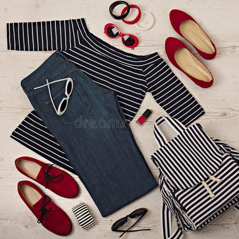 女性夏天成套装备-海军牛仔裤,镶边上面,太阳镜,后面 库存图片