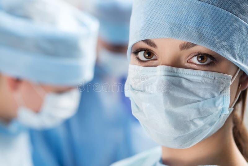 年轻女性外科医生医生特写镜头画象  免版税库存照片
