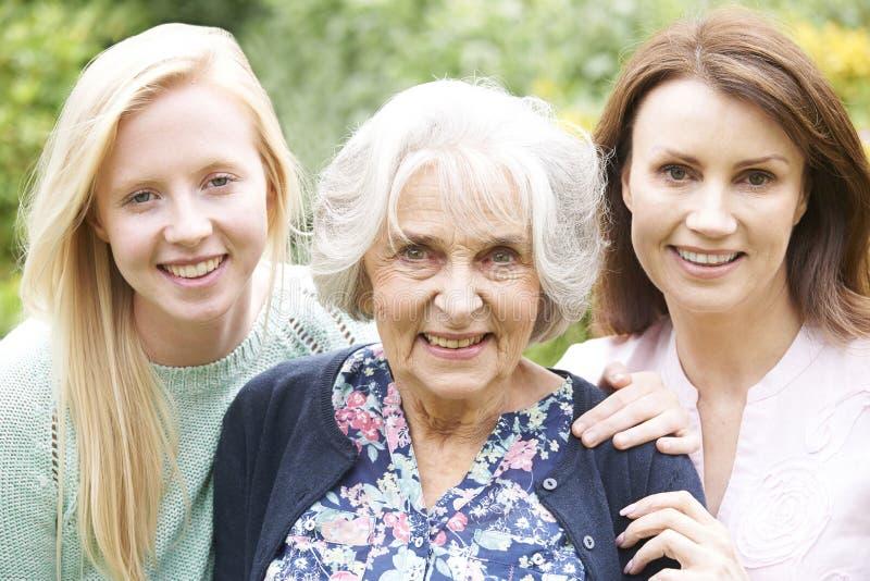 女性多一代画象在庭院里 免版税库存照片