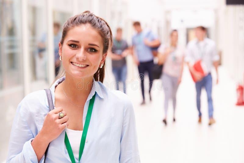 女性大学生画象在走廊 库存照片
