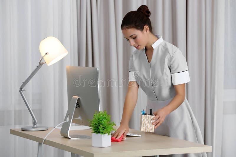 女性女服务生清洁在屋子里 免版税库存图片