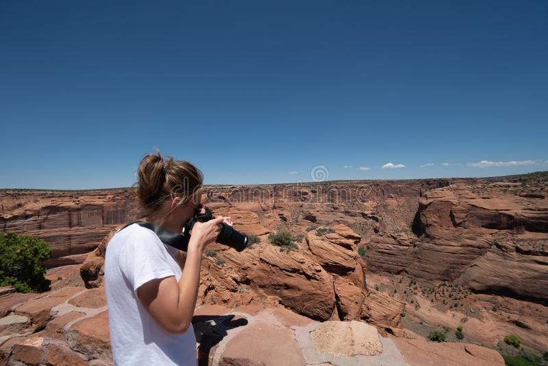女性妇女摄影师拍与DSLR照相机的照片 库存图片