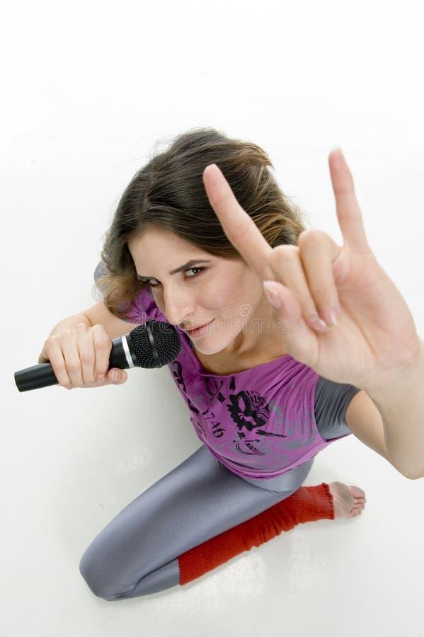 女性姿态现有量卡拉OK演唱陈列 免版税库存照片